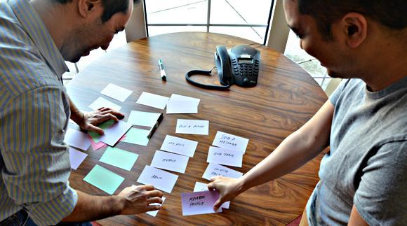 фото двух людей, сортируюших карточки